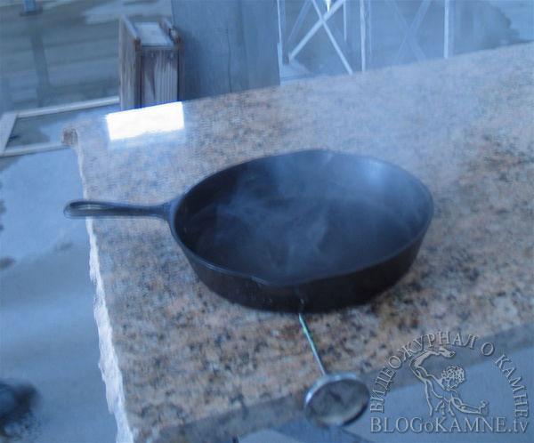 горячая сковородка на гранитной столешнице