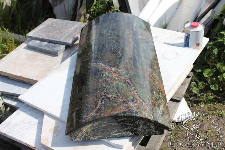 колонна из зеленого мрамора