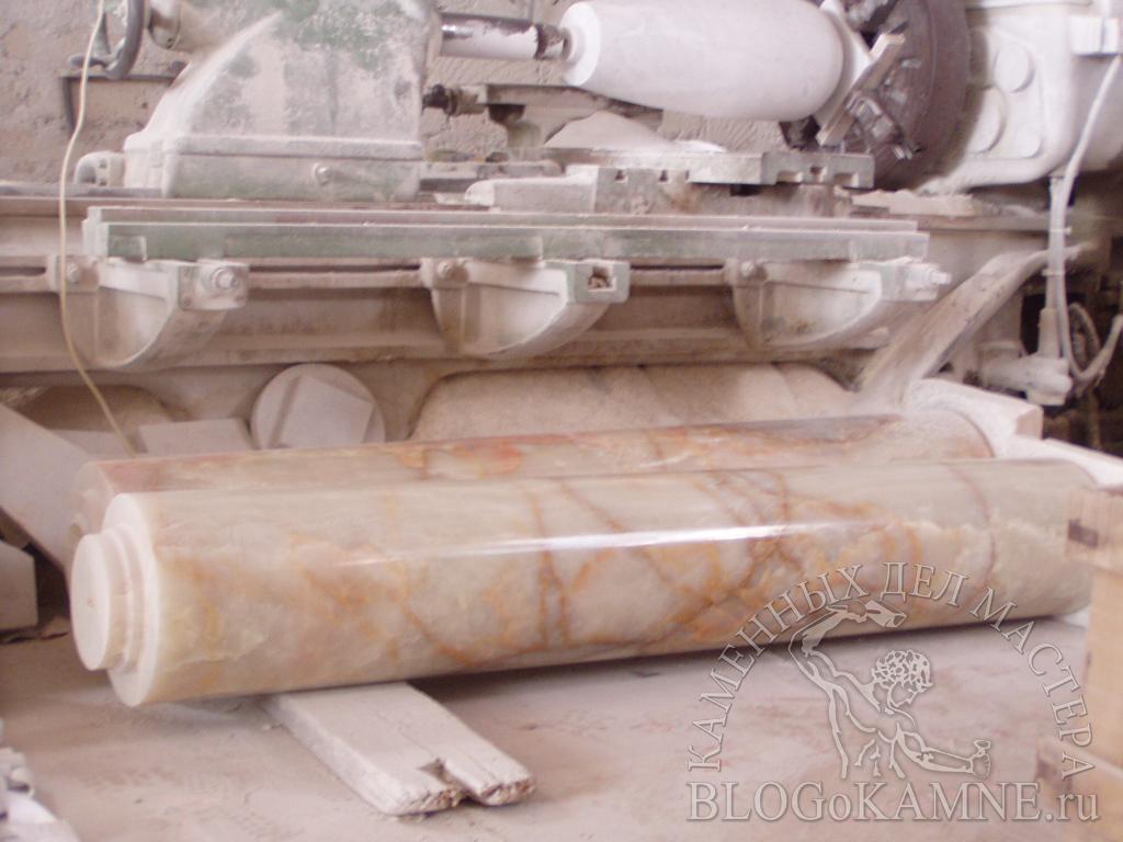 колонны из мрамора оникс
